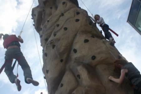 Spændende klatring på den mobile væg
