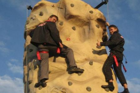 To mand til tops på klatrevæggen